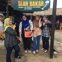 Photo taken at Jom Ikan Bakar by Qurratu A. on 7/4/2017