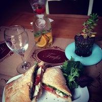 Foto scattata a Trufa Cafetería Gourmet da Nicolàs M. il 2/9/2015