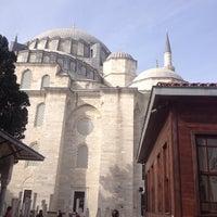 Photo taken at suleymaniye kurufasulyecisi by Mehmet T. on 11/7/2014