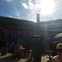 Foto diambil di The Plough at Swan Wharf oleh Glenn T. pada 8/18/2016