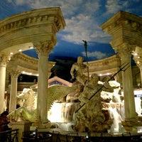 Das Foto wurde bei The Forum Shops at Caesars von Amer S. am 3/15/2013 aufgenommen