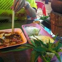 Photo taken at สุรชาติกุ้งเผา by Oummi' O. on 2/23/2013