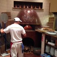 Foto tomada en Spacca Napoli Pizzeria por Paulie G. el 10/27/2013