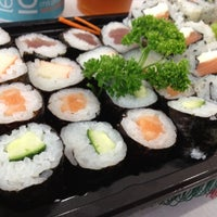 Foto tirada no(a) Fujisan Sushi por Ally C. em 9/14/2012