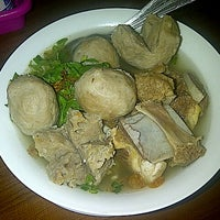 Photo taken at Mie Ayam & Bakso Idola Pak Tikno by Haryanto R. on 11/5/2012
