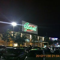 Photo taken at Giant Superstore by 興成 丘. on 11/30/2012