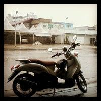 Photo taken at กาแฟยกล้อ by Vijidtra N. on 10/5/2012