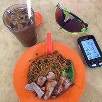 Photo taken at Kedai Makan Dan Minum Zheng Ji 成记烧腊鸡饭 by Yeh 😍⚽🏀🍻🍔🍱🍣😍 on 12/6/2015