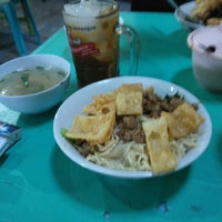 Photo taken at Mie Ayam Pangsit Padamara by Iman P. on 9/21/2014