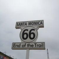 "Foto diambil di Santa Monica Route 66 ""End of the Trail"" oleh Leo L. pada 6/25/2013"