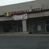 รูปภาพถ่ายที่ Original Italian Pizza (OIP) โดย Brenda M. เมื่อ 2/10/2013