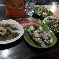 Photo taken at Kerang Rebus Sumatra by Novi C. on 8/2/2016