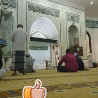 Photo taken at Masjid Al-Ghufran by Petah Wazzan I. on 5/27/2017