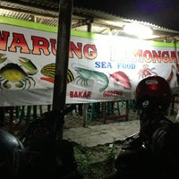 Photo taken at Warung Lamongan Seafood by Achmad R. on 8/31/2013