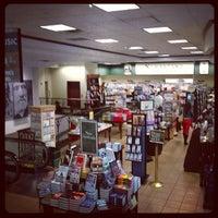 Foto tirada no(a) Barnes & Noble por Matt B. em 10/8/2012