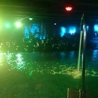 Foto tirada no(a) Liquid Pool Lounge por Ces C. em 9/25/2015
