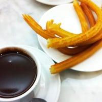 Foto tomada en Chocolatería San Ginés por Shayna S. el 5/29/2013