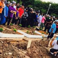 Photo taken at Tanah Perkuburan Islam Batu Muda by Fisha H. on 9/15/2017