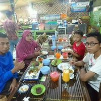 Photo taken at Warung Sego Pecel Asli Madiun BAROKAH by Dwiki S. on 10/2/2016