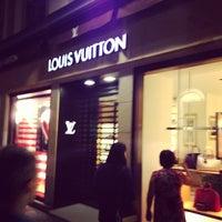 รูปภาพถ่ายที่ Louis Vuitton โดย Maxim E. เมื่อ 7/30/2013