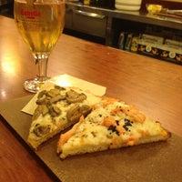 Foto tomada en La Pizza del Born por Cherry A. el 1/19/2013