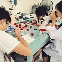 Photo taken at USLS Microbiology Lab by Yen C. on 4/16/2015