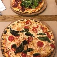 Foto scattata a Pizza Locale da Figen K. il 5/30/2018