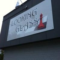 Foto diambil di Looking Glass Cafe & Boutique oleh Chuck N. pada 10/3/2012