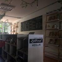 Foto tomada en Café Revolución por Melanie L. el 5/24/2018