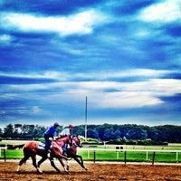 Das Foto wurde bei Belmont Park Racetrack von Dan N. am 6/16/2013 aufgenommen