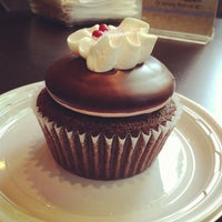 Foto tomada en Swirlz Cupcakes por Victoria J. el 9/27/2012