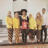 Photo taken at Gedung Rektorat Unhas by tin h. on 9/7/2016