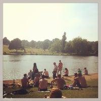 7/7/2013 tarihinde Edo C.ziyaretçi tarafından Hampstead Heath Ponds'de çekilen fotoğraf