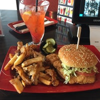 Photo taken at Red Robin Gourmet Burgers by JADH on 3/28/2017