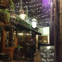 Foto tirada no(a) Ye Olde Mitre Tavern por JetSetLeslie em 12/27/2012