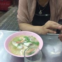Photo taken at เฮง ข้าวต้มหัวปลา by iink P. on 1/8/2017