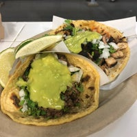 Foto scattata a Los Tacos No. 1 da Jennie P. il 6/22/2018