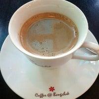 Photo taken at Inthanin coffee by Khwanpooh T. on 12/9/2012