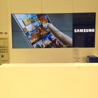 Photo taken at Taurus Samsung Digital Plaza by Necati Kaan A. on 11/3/2013