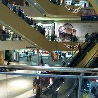 Foto tomada en Queens Center Mall por Lea G. el 11/11/2012
