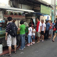 Photo taken at Penang Road Famous Teochew Chendul (Tan) by Jan H. on 2/13/2013