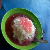 Photo taken at Es Pisang Ijo & Palu Butung Makasar by Mas Adi N. on 11/15/2012