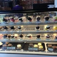 4/10/2013 tarihinde Kristin W.ziyaretçi tarafından Toadstool Cupcakes'de çekilen fotoğraf