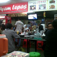 Photo taken at Warung Ayam Lepas by Benni S. on 1/4/2013
