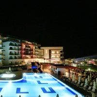 Foto tirada no(a) Ulu Resort Hotel Night Club por Sema K. em 6/17/2017