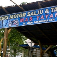 Photo taken at Cuci Motor Salju Mas Yayan by Sony A. on 5/20/2012