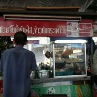 Photo taken at ก๋วยจั๊บ ข้าวหมูแดง ตลาดขวัญพัฒนา by JoeNiwat S. on 7/10/2013