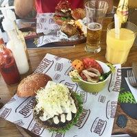 Foto tomada en New York Burger por Katherine F. el 2/6/2016