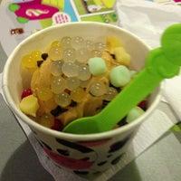 Photo taken at Menchie's Frozen Yogurt by Rj E. on 6/25/2013