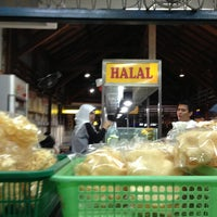 Photo taken at Nasi Pecel Bu Tinuk by Agung P. on 4/11/2013